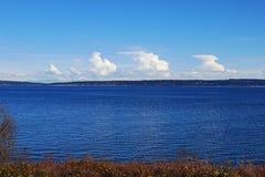 Στυλοβάτες των άσπρων σύννεφων πέρα από το έδαφος και τη θάλασσα Στοκ φωτογραφίες με δικαίωμα ελεύθερης χρήσης