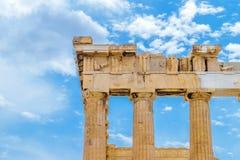 Στυλοβάτες Parthenon μπροστά από τον μπλε και νεφελώδη ουρανό στοκ φωτογραφία