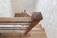 Στυλοβάτης των δρύινων σκαλοπατιών και της διακοσμητικής κάλυψης τοίχων - χειροποίητων στοκ φωτογραφίες