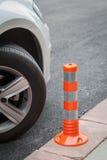 Στυλίσκος δίπλα στο αυτοκίνητο κανένας χώρος στάθμευσης στην έννοια πεζοδρομίων Στοκ εικόνες με δικαίωμα ελεύθερης χρήσης
