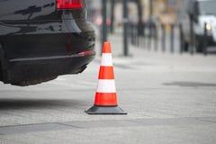 Στυλίσκος δίπλα στο αυτοκίνητο κανένας χώρος στάθμευσης στην έννοια πεζοδρομίων Στοκ Εικόνες