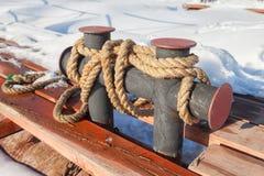 Στυλίσκος πρόσδεσης στην παλαιά αποβάθρα Στοκ φωτογραφία με δικαίωμα ελεύθερης χρήσης