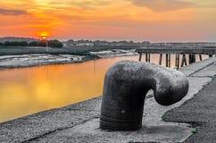 Στυλίσκος πρόσδεσης, σφήνα σιδήρου με το ζωηρόχρωμο ηλιοβασίλεμα στοκ εικόνες