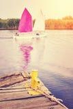 Στυλίσκος στην ξύλινη αποβάθρα με sailboats στην απόσταση Στοκ εικόνα με δικαίωμα ελεύθερης χρήσης