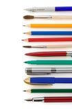 Στυλοί και μολύβια στο λευκό στοκ εικόνες