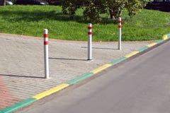 Στυλοβάτες που εμποδίζουν την είσοδο των οχημάτων μέσα σε πιό pedest Στοκ φωτογραφία με δικαίωμα ελεύθερης χρήσης