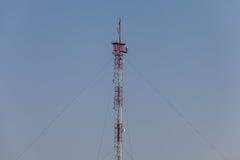 Στυλοβάτες πύργων τηλεπικοινωνιών κάτω από το υπόβαθρο μπλε ουρανού Στοκ φωτογραφίες με δικαίωμα ελεύθερης χρήσης