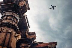 Στυλοβάτες του ναού σύνθετο Qutb Minar στην άποψη ουρανού Στοκ Φωτογραφίες