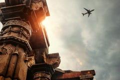 Στυλοβάτες του ναού σύνθετο Qutb Minar στην άποψη ουρανού Στοκ φωτογραφίες με δικαίωμα ελεύθερης χρήσης