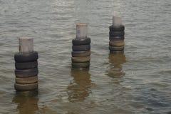 Στυλοβάτης μετάλλων προφυλακτήρων βαρκών στον ποταμό που γίνεται από τους παλαιούς δεσμούς Στοκ Εικόνες