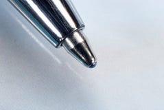 Στυλός σημείου σφαιρών με το μπλε μελάνι Στοκ Φωτογραφίες