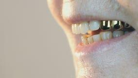 Στόμα ηλικίας της ηλικιωμένη γυναίκα δεκαετίας του '80 με τα ψεύτικα δόντια απόθεμα βίντεο