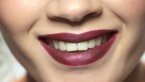 Στόμα του νέου χαμόγελου γυναικών φιλμ μικρού μήκους
