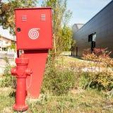 Στόμιο υδροληψίας πυρκαγιάς και εμπορευματοκιβώτιο για τη μάνικα πυρκαγιάς, και εργασιακός χώρος πυρκαγιάς Στοκ Φωτογραφία