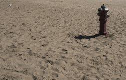 Στόμιο υδροληψίας πυρκαγιάς στην παραλία στοκ φωτογραφία