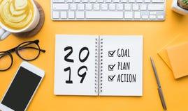 στόχος έτους του 2019 νέος, σχέδιο, κείμενο δράσης στο σημειωματάριο στοκ εικόνες