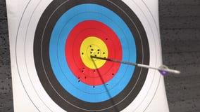 Στόχος για το πυροβολισμό τοξοβολίας Βέλος που χτυπά το στόχο Χτυπήστε την έννοια στόχου, επιτυχίας και επιτεύγματος απόθεμα βίντεο