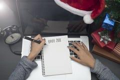 Στόχος 2018 γραψίματος επιχειρησιακών χεριών στο σημειωματάριο Στοκ Φωτογραφίες