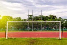 Στόχος ποδοσφαίρου με, κόκκινη τρέχοντας διαδρομή στο στάδιο, την τρέχοντας διαδρομή Στοκ Εικόνα