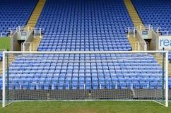 Στόχος ποδοσφαίρου και μπλε καθίσματα Στοκ φωτογραφία με δικαίωμα ελεύθερης χρήσης