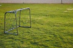 Στόχος ποδοσφαίρου στην πράσινη χλόη Στοκ φωτογραφία με δικαίωμα ελεύθερης χρήσης