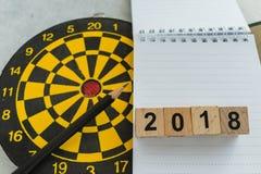 Στόχος προγραμματισμού έτους ή έννοια στόχων με τον ξύλινο αριθμό φραγμών στοκ εικόνες
