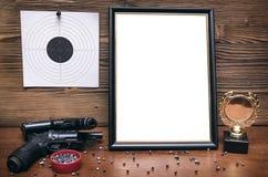 Στόχος πυροβόλων όπλων και εγγράφου Πρακτική πυροβολισμού Σειρά πυροβολισμού Στοκ εικόνα με δικαίωμα ελεύθερης χρήσης