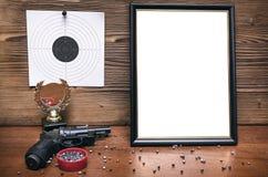 Στόχος πυροβόλων όπλων και εγγράφου Πρακτική πυροβολισμού Σειρά πυροβολισμού Στοκ Φωτογραφία