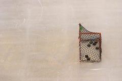Στόχος χόκεϋ πάγου με το διάστημα αντιγράφων στο υπόβαθρο σύστασης αιθουσών παγοδρομίας πατινάζ πάγου Στοκ Φωτογραφίες