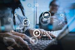 Στόχος 'brainstorming' ομάδας Νέα δημιουργική εργασία πληρωμάτων διευθυντών φωτογραφιών Στοκ Εικόνες