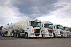 Στόλος των άσπρων φορτηγών δεξαμενών Scania ημι στοκ φωτογραφίες
