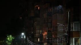 Στύλος της λάμπας κατά τη βροχερή νύχτα με επιλεκτική εστίαση και θόλωμα των σταγόνων απόθεμα βίντεο