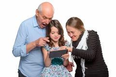 Συγγενείς που κοιτάζουν βιαστικά μέσω των φωτογραφιών στοκ εικόνα με δικαίωμα ελεύθερης χρήσης