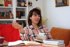 Συγγραφέας βιβλίων στη συζήτηση Στοκ εικόνα με δικαίωμα ελεύθερης χρήσης