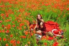 Συγγραφέας γυναικών στον τομέα λουλουδιών παπαρουνών στοκ φωτογραφίες με δικαίωμα ελεύθερης χρήσης