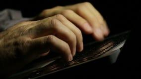 Συγγραφέας lap-top που γράφει νέο πρόσφατό του τη νύχτα απόθεμα βίντεο