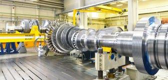 Συγκέντρωση και κατασκευή των στροβίλων αερίου σύγχρονο σε έναν βιομηχανικό στοκ εικόνες με δικαίωμα ελεύθερης χρήσης