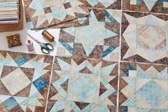 Συγκέντρωση του παπλώματος από τους φραγμούς προσθηκών, ένα καλάθι με το ύφασμα, ράβοντας εργαλεία Στοκ Εικόνες