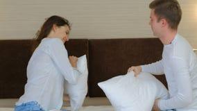 Συγκίνηση αγάπης ελεύθερου χρόνου χαράς διασκέδασης πάλης μαξιλαριών ζεύγους φιλμ μικρού μήκους