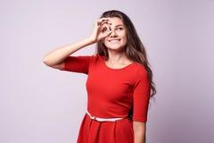 Συγκατάθεση χειρονομίας όμορφο κορίτσι πορτρέτο brunette Άσπρο backgr Στοκ φωτογραφία με δικαίωμα ελεύθερης χρήσης