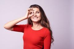 Συγκατάθεση χειρονομίας όμορφο κορίτσι πορτρέτο brunette Άσπρο backgr Στοκ Φωτογραφίες