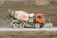 Συγκεκριμένα βυτιοφόρα που ταξιδεύουν σε έναν βρώμικο δρόμο από το αμμοχάλικο Taman Ρωσία Στοκ Φωτογραφίες