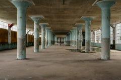 Συγκεκριμένες στήλες κιρκιριών & μεγάλα παράθυρα - εγκαταλειμμένο ντύνοντας εργοστάσιο Στοκ φωτογραφία με δικαίωμα ελεύθερης χρήσης