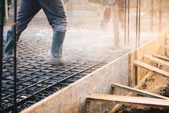 Συγκεκριμένη έκχυση κατά τη διάρκεια των εμπορικών concreting πατωμάτων της οικοδόμησης στοκ φωτογραφία με δικαίωμα ελεύθερης χρήσης