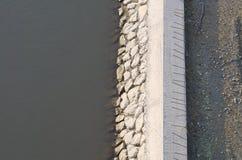 Συγκεκριμένη ακτή ποταμών Στοκ φωτογραφία με δικαίωμα ελεύθερης χρήσης