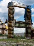 Συγκεκριμένη αποβάθρα γεφυρών στον εγκιβωτισμό μετάλλων Στοκ Εικόνες