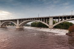 Συγκεκριμένη γέφυρα αψίδων πέρα από το ποτάμι Μισισιπή στη Μινεάπολη, Μινεσότα στοκ φωτογραφία με δικαίωμα ελεύθερης χρήσης