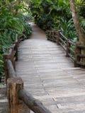 Συγκεκριμένη γέφυρα με το κεραμίδι κούτσουρων στοκ φωτογραφίες με δικαίωμα ελεύθερης χρήσης