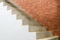 Συγκεκριμένη σκάλα με το τουβλότοιχο Στοκ φωτογραφία με δικαίωμα ελεύθερης χρήσης