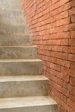 Συγκεκριμένη σκάλα με το τουβλότοιχο Στοκ εικόνα με δικαίωμα ελεύθερης χρήσης